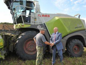 Виктор Назаров оценил ход заготовки кормов и преимущества новой сельскохозяйственной техники, работающей в полях