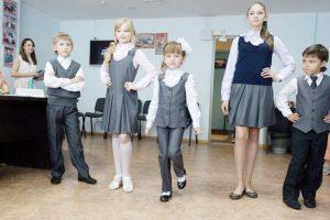 Роспотребнадзор советует покупать школьникам одежду серого, бежевого, коричневого и темно-синего цветов