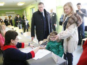 Александр Бурков проголосовал на выборах Президента РФ за будущее сына и Омской области