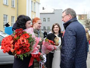 Александр Бурков вручил ключи от автомобилей лучшим педагогам Омской области
