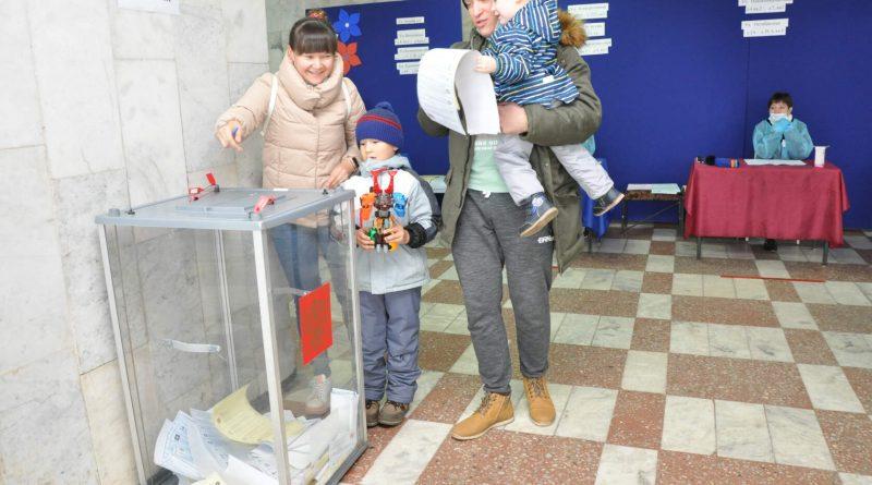 Наблюдатели отмечают, что самыми активными избирателями являются семьи с детьми